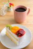Торт с плодоовощами и кофейной чашкой стоковая фотография rf