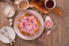 Торт с розовый замораживать стоковые фото