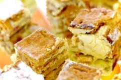 Торт с сливк, меренгой и клубниками Стоковая Фотография