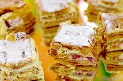 Торт с сливк, меренгой и клубниками Стоковые Изображения RF