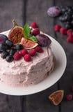 Торт с сливк, плодоовощ и ягодами Стоковые Фотографии RF