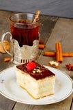 Торт с сливк шоколада и чашкой чаю Стоковое Фото