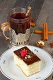 Торт с сливк шоколада и чашкой чаю Стоковая Фотография RF