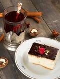Торт с сливк шоколада и чашкой чаю Стоковые Изображения RF
