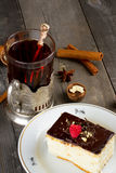 Торт с сливк шоколада и чашкой чаю Стоковое Изображение RF