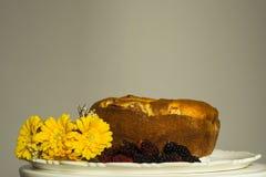 Торт с шелковицей и цветками вокруг стоковое изображение rf