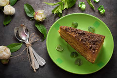 Торт с шоколадом, медом и мятой Черная предпосылка Взгляд сверху Конец-вверх стоковые изображения