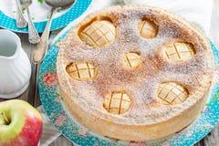 Торт с яблоками и кислой завалкой сливк-яичка Стоковые Фото