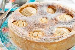 Торт с яблоками и кислой завалкой сливк-яичка Стоковое Изображение