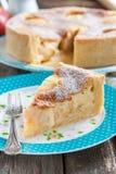 Торт с яблоками и кислой завалкой сливк-яичка Стоковые Изображения