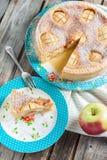 Торт с яблоками и кислой завалкой сливк-яичка Стоковое Фото