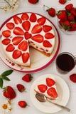 Торт творога с клубниками расположен на плите на белой предпосылке стоковое фото rf
