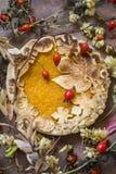 Торт тыквы украшенный при диаграммы сделанные из теста для того чтобы упасть стиль Стоковая Фотография RF