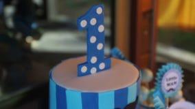 Торт украшенный в сини имеет одно, который нужно отпраздновать акции видеоматериалы