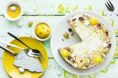 Торт украшенный с маковыми семененами, марципан лимона цветет, желтый цвет Стоковая Фотография