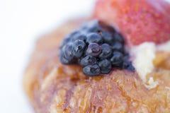 Торт украшенный с свежими ягодами и плодоовощами Стоковое Изображение