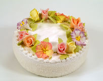 Торт украшенный с цветками Стоковое Изображение