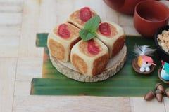 Торт луны фестиваля, китайский десерт и горячий чай Стоковые Фото