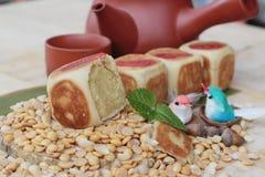 Торт луны фестиваля, китайский десерт и горячий чай Стоковое Изображение RF