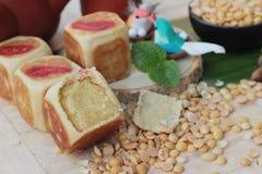 Торт луны фестиваля, китайский десерт и горячий чай Стоковое фото RF