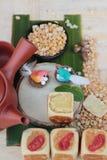 Торт луны фестиваля, китайский десерт и горячий чай Стоковые Фотографии RF