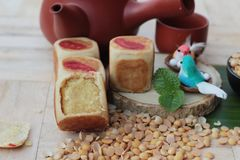 Торт луны фестиваля, китайский десерт и горячий чай Стоковая Фотография RF