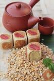 Торт луны фестиваля, китайский десерт и горячий чай Стоковое Изображение