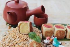 Торт луны фестиваля, китайский десерт и горячий чай Стоковые Изображения RF