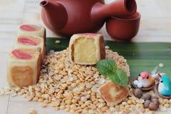 Торт луны фестиваля, китайский десерт и горячий чай Стоковое Фото