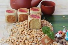Торт луны фестиваля, китайский десерт и горячий чай Стоковые Изображения