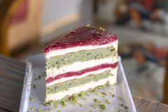 Торт фисташки и ягоды на белой плите стоковая фотография