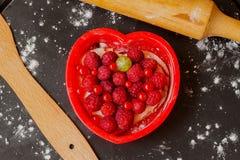 Торт формы сердца с свежими полениками Стоковая Фотография RF