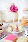 Торт хлопает на cakestand и различных тортах Шоколадный батончик Стоковые Изображения RF