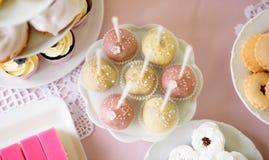 Торт хлопает на cakestand и различных тортах Шоколадный батончик Стоковые Фото