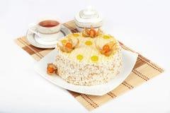 Торт, чайник и чашка чаю на белой предпосылке Стоковые Изображения RF
