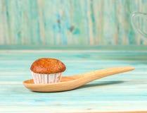 Торт чашки банана на древесине Стоковое Изображение