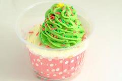 Торт чашки с зелеными замороженностью и конфетами стоковая фотография rf