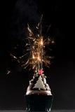 Торт чашки с свечами фейерверка и дня рождения Стоковое Изображение