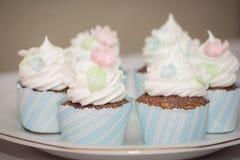 Торт чашки с сливк стоковые изображения