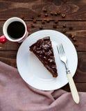 Торт шоколада и вишни Часть на белой плите Стоковая Фотография