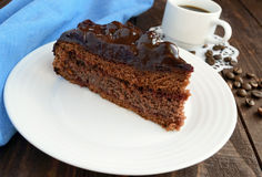 Торт шоколада и вишни Часть на белой плите Стоковое Фото