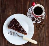 Торт шоколада и вишни Часть на белой плите Стоковое Изображение RF