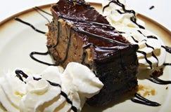 Торт шоколада и сливк Стоковые Изображения