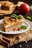 Торт Яблока с взбитым отбензиниванием сливк, карамельки и миндалины Стоковые Изображения