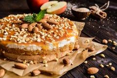 Торт Яблока с взбитым отбензиниванием сливк, карамельки и миндалины Стоковые Изображения RF