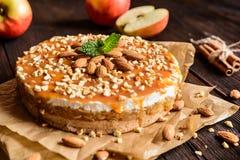 Торт Яблока с взбитым отбензиниванием сливк, карамельки и миндалины Стоковое Изображение RF