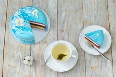 Торт ягоды и чашка зеленого чая на деревянной предпосылке Стоковое Изображение