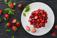 Торт ягоды на темной предпосылке стоковые фото