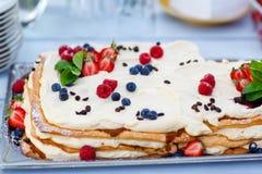 Торт ягоды свадьбы на внешнем приеме лета Стоковое Фото