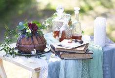 Торт Cocolate и 3 графинчика вискиа против света - серого b Стоковые Фото